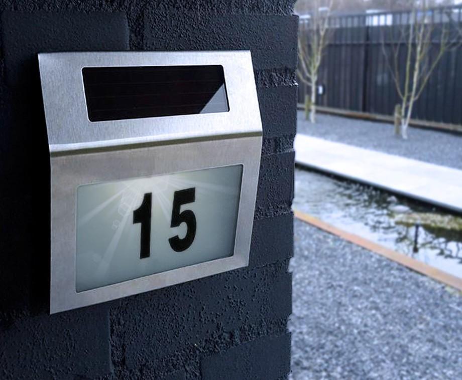 huisnummer met led verlichting laadt op middels zonne energie